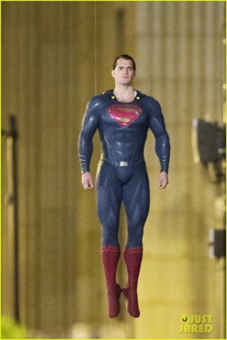 Henry Cavill Hangs In The Air In Superman Costume Batman Superman Leaked Chicago Set Photos And Video Henry Cavill And Amy Adams In