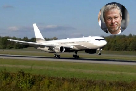 Russian Billionaire Roman Abramovichs Boeing Usually Docked At Luton Airport North Of London Is Reportedly Decorated With Gold Interior Boeing