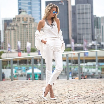 Dasha Gold The Trend Spotter Melbourne Australia Blogger Wearing White Top White Pants White Pumps Sexy
