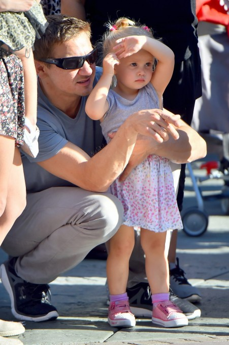 Jeremy Renner Spending Some Daddy And Daughter Time In Disneyland Jeremy Renner