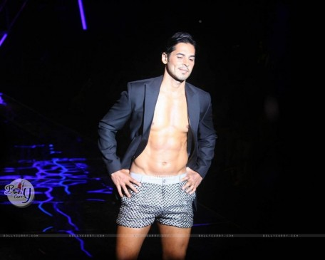 Dino Morea On The Ramp For Karan Johar Show Karan Johar