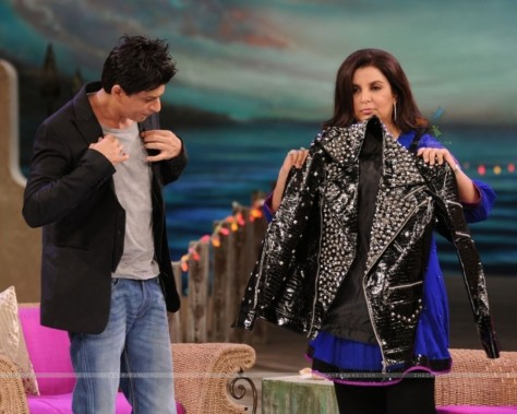 Shahrukh Khan Giving His Jacket To Farah Khan Movies