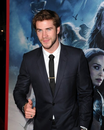 Liam Hemsworth Wears Dior Homme At The La Premiere Of Thor The Dark World Derriuspierrecom Thor