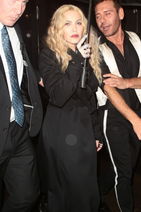 Madonna Trying To Shield Herself From The Pouring Rain After Leaving The Met Gala In New York Ad Af Madonna