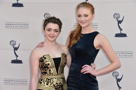 Conventions et autres sorties - Page 2 Maisie-williams-and-sophie-turner-in-urzeala-tronurilor-large-picture-and-sophie-turner-1173515263