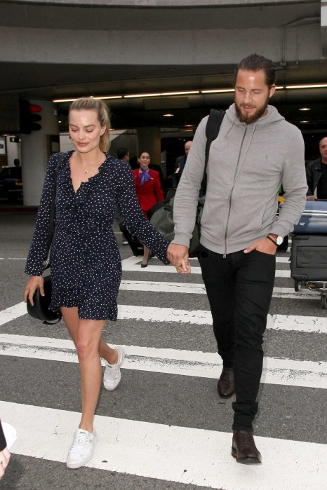 Margot Robbie Arrives At Lax Airport In La With Tom Ackerley Margot Robbie