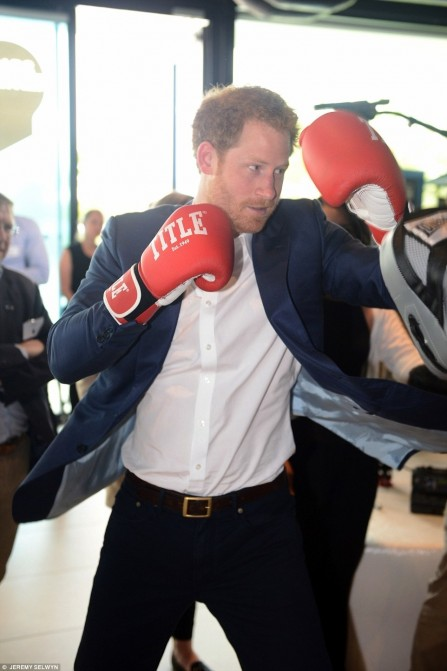 Prince Harry Couldn Resist The Opportunity To Join In The Boxi Prince Harry