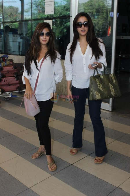 Hpse Fullsize Riya Sen Raima Sen Snapped At Airport On Th Jan  Riya Sen