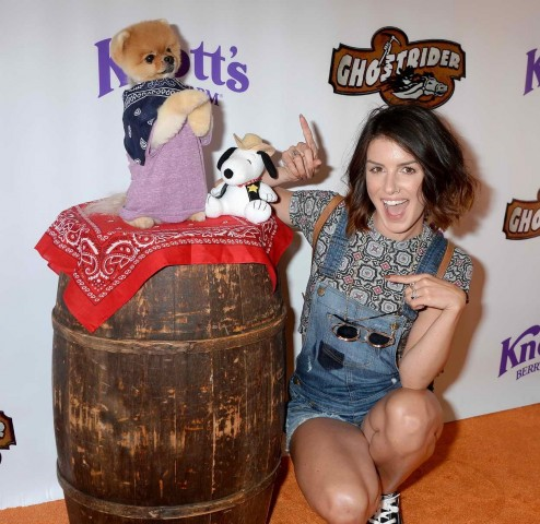 Shenae Grimes At Knotts Berry Farm In Buena Park California Shenae Grimes