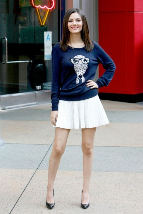 Victoria Justice Went To Visit Extra At Universal Studios Hollywood